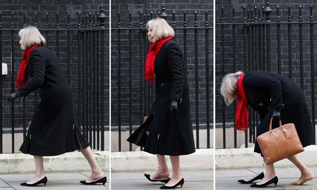 Sequência de imagens mostra a secretária britânica de Interior, Theresa May, ao perder o sapato nesta terça-feira (31) na chegada a 10 Downing Street, casa do premiê britânico. O salto do sapato dela ficou preso no chão quando ela chegava à reunião semanal do gabinetea (Foto: AFP)