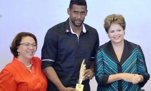 Aranha recebe prêmio de direitos humanos por enfrentar o racismo