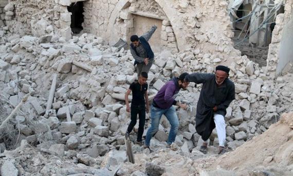 Ataques aéreos tanto dos EUA quanto da Síria têm destruído partes de cidades - MAHMOUD HEBBO / REUTERS