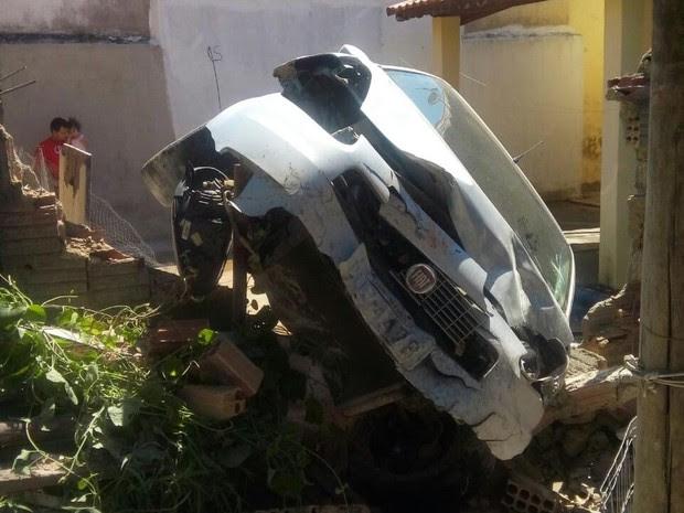 Carro desgovernado cai em quintal de casa em Cachoeira Paulista (Foto: Divulgação/PM)