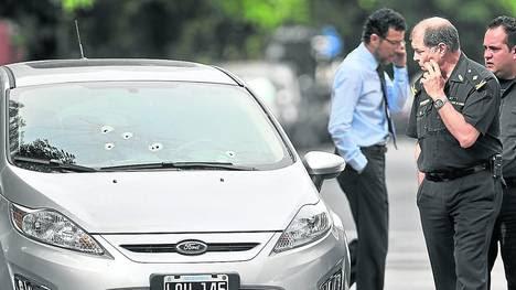 Rastros. El auto de la pareja de policías baleados en La Paternal en noviembre de 2012 cuando un grupo de ladrones se les cruzó para robarles el auto.