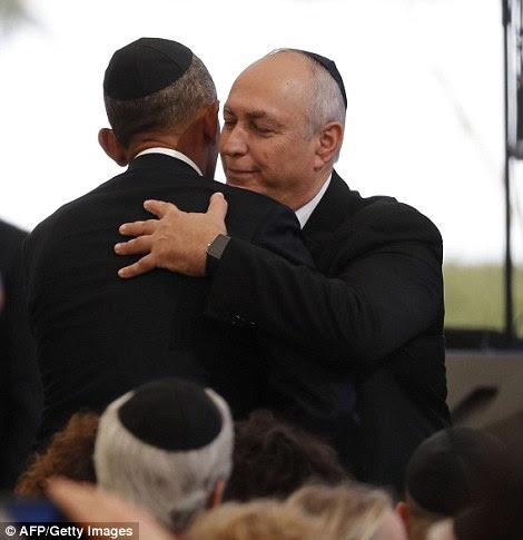 Close: O presidente dos EUA, abraçou Chemi Peres, filho do ex-presidente israelense e Prêmio Nobel da Paz