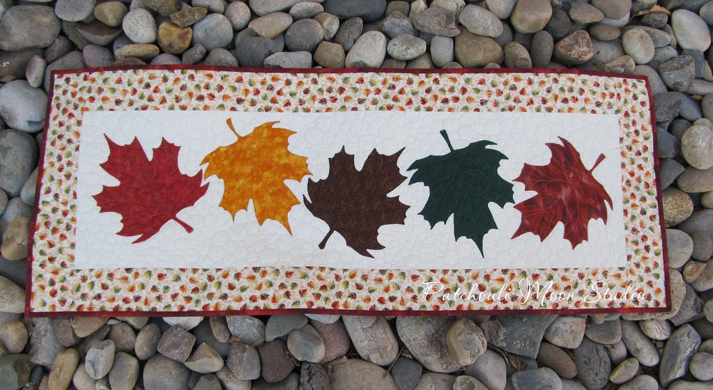 falling leaves table runner (3)