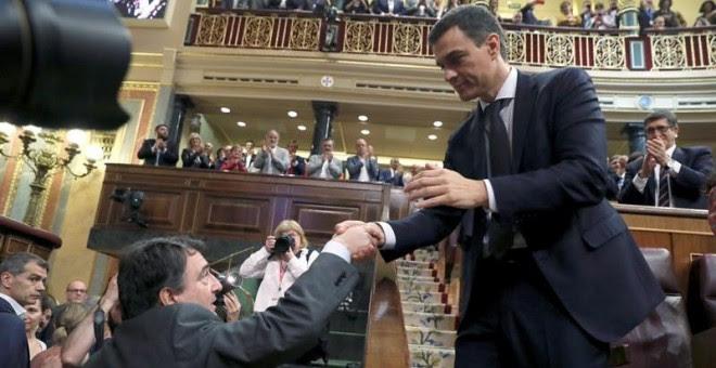 Aitor Esteban saluda a Pedro Sánchez este viernes en el Congreso. EFE/J.J. Guillén