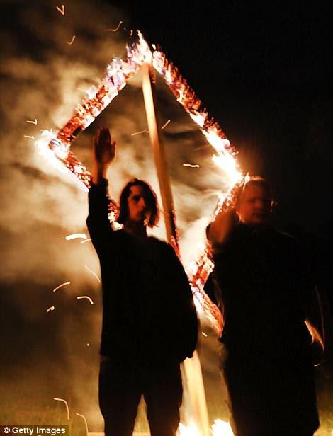 Un miembro del Movimiento Nacional Socialista levanta su brazo en un saludo Nazi