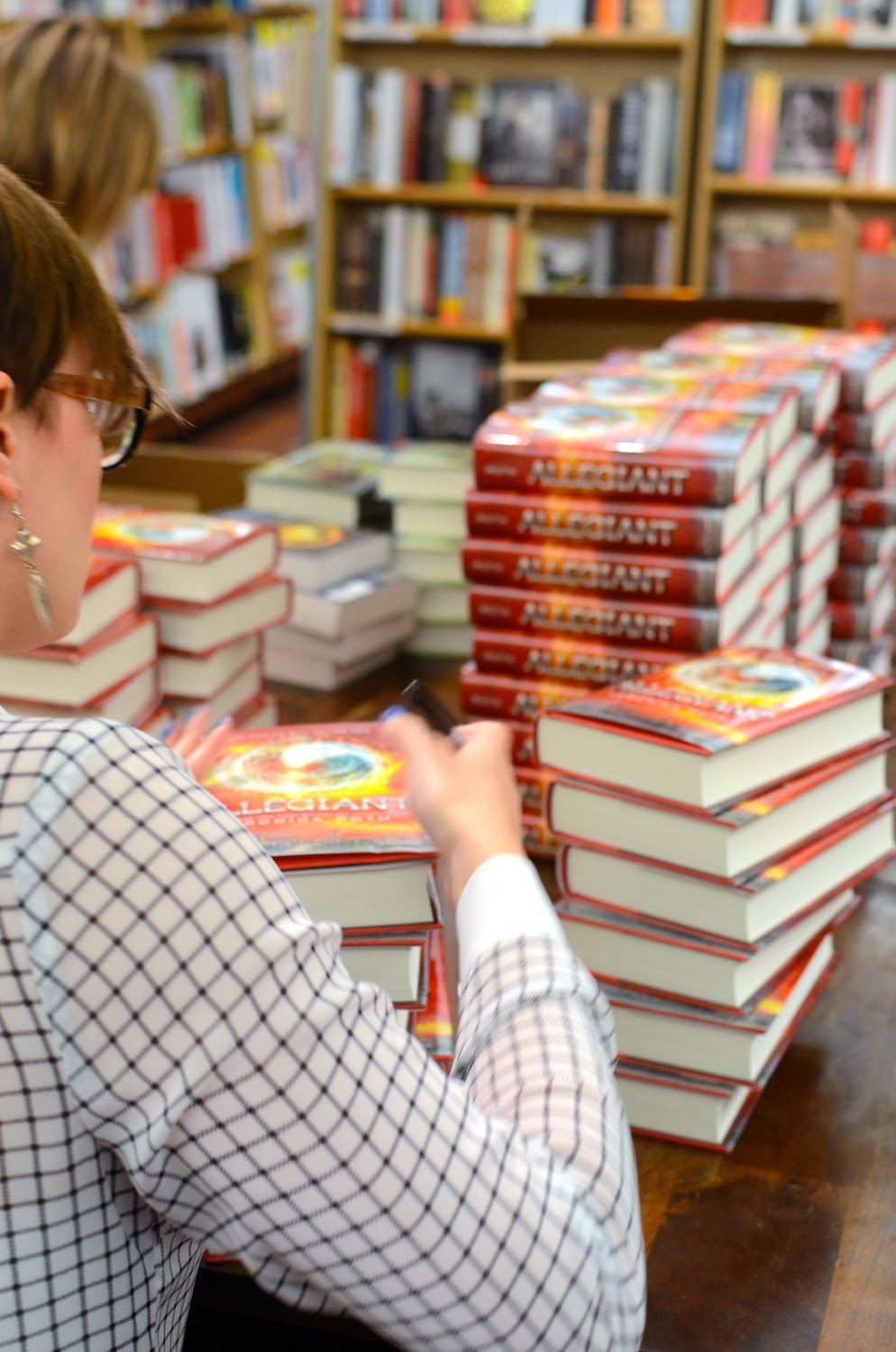 epicreads:  We've been following theartofnotwriting around all week and love this photo of her signing a stack of #Allegiant copies at mcnallyjackson in Soho, NYC.