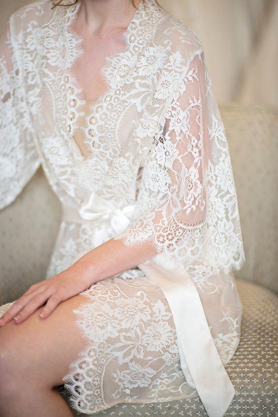 Elfenbein kurz Spitze Hochzeit Gewand getragen werden kann, während der Vorbereitungen am morgen