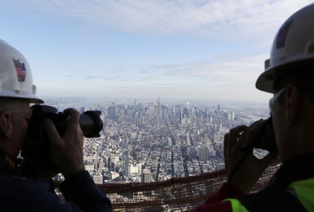Os ganhadores do concurso fotografam a vista do One World Trade Center (Foto: Mark Lennihan/AP Photo)
