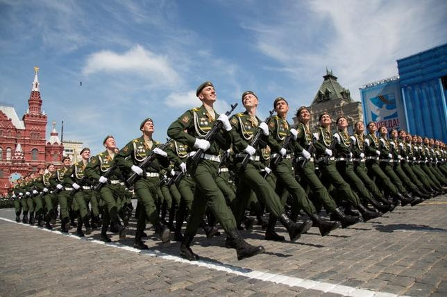 Russian servicemen march during the Victory Day parade at Red Square in Moscow, Russia, May 9, 2015. REUTERS/Alexander Zemlianichenko