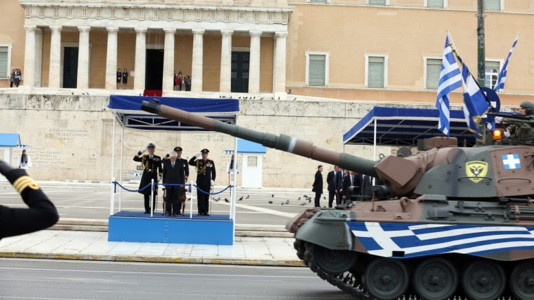 Ο Πρόεδρος της Δημοκρατίας Προκόπης Παυλόπουλος παρακολουθεί τεθωρακισμένα να παρελαύνουν στη στρατιωτική παρέλαση στο Σύνταγμα στο πλαίσιο του εορτασμού της 25ης Μαρτίου, Κυριακή 25 Μαρτίου 2018. ΑΠΕ - ΜΠΕ, Αλέξανδρος Μπελτές