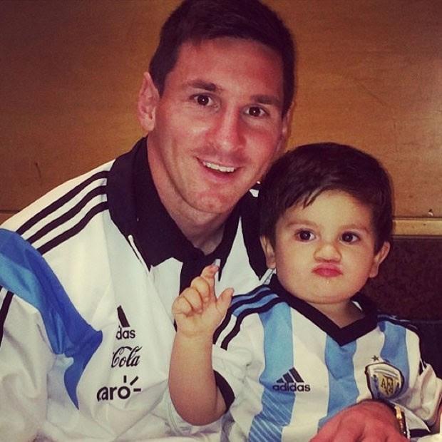 Lionel Messi e o filho, Thiago (Foto: Reprodução/Instagram)