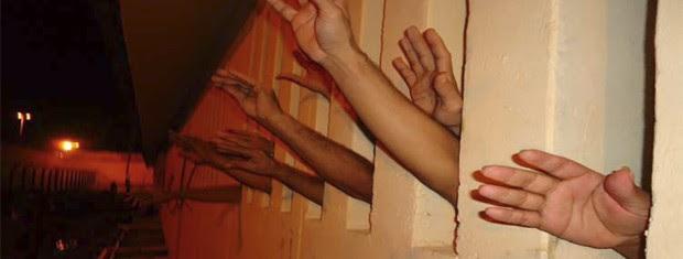 Conselheiros entregaram a máquina através da entrada de ventilação da cela (Foto: Divulgação/CEDH-PB)