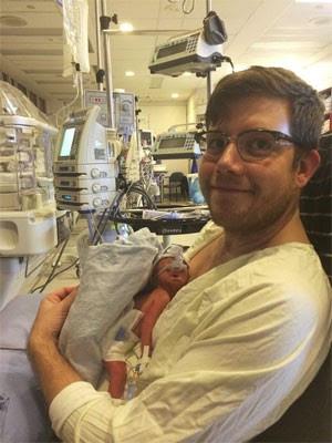 Dylan Bensoao lado do filho recém-nascido, Iver. Criança nasceu prematura após mãe ficar em coma. (Foto: Reprodução/Facebook/Dylan Benso)