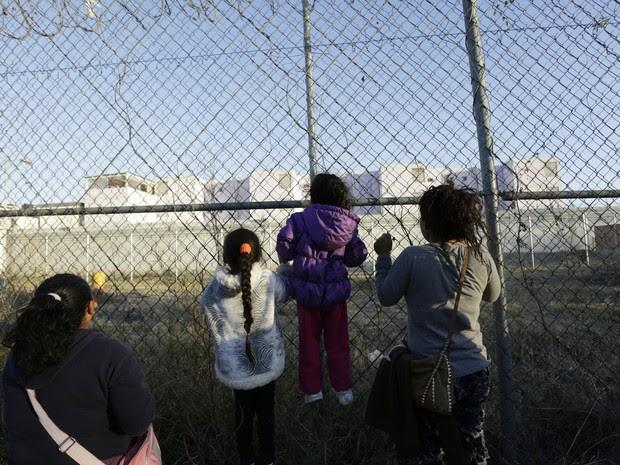Parentes de detentos se agarram às grades da prisão de Topo Chico, em Monterrey, no México (Foto: Daniel Becerril/Reuters)