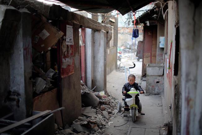 Chùm ảnh: Cuộc sống nghèo khổ phía sau những tòa nhà chọc trời và cuộc sống xa hoa ở Thượng Hải - Ảnh 3.