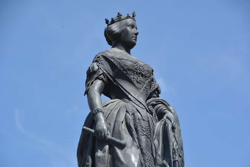 Estatua de Isabel II en la Plaza de Isabel II
