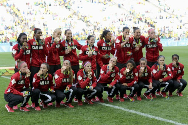 Les joueuses de l'équipe canadienne ont fièrement posé... (PHOTO PAULO WHITAKER, ARCHIVES REUTERS)