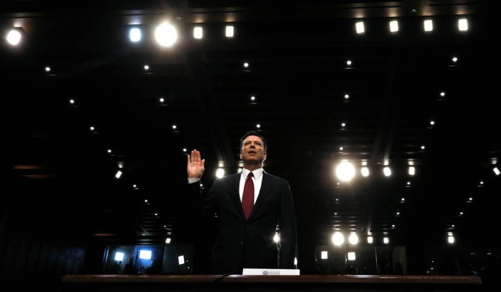 El exdirector del FBI James Comey jura ante el Comité de Inteligencia del Senado, el pasado jueves.
