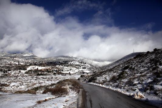 Καιρός: Χιόνη στην Πεντέλη, έκλεισε ο δρόμος