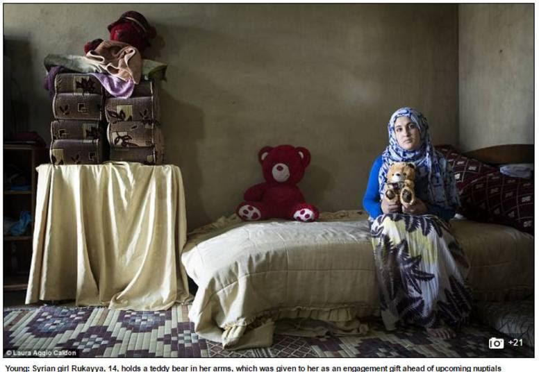 """Para tentar escapar da guerra civil que devasta a Síria desde 2011 e da pobreza em que o país vive, meninas sírias de até nove anos estão sendo forçadas a se casar com homens mais velhos, em busca de uma """"vida melhor"""".Acima,Rukayya, de apenas 14 anos. Ela recebeu um ursinho de pelúcia como presente de noivado"""