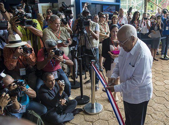 Ricardo Cabrisas, ministro de Economía de Cuba, corta la cinta inaugural de la 35 Feria de La Habana. Foto: Irene Pérez/ Cubadebate.