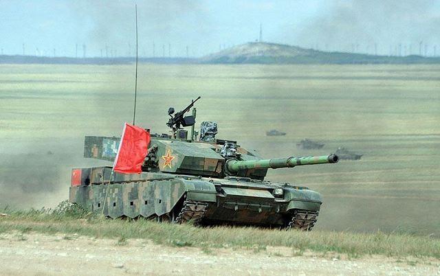 """China, mostró la creciente sofisticación de sus industrias de defensa Viernes al presentar sus nuevos helicópteros de ataque y carros de combate en un ejercicio militar-en vivo disparar multinacional en el norte del país. Los medios estatales dijeron que el nuevo hardware realiza a las expectativas en la """"Misión de Paz-2014"""" taladro con más de 7.000 efectivos procedentes de China, Rusia, Kazajstán, Kirguistán y Tayikistán."""