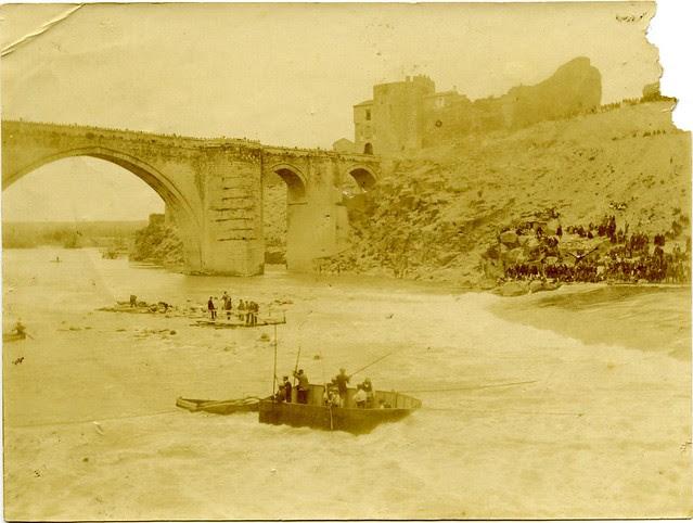 Accidente en el Tajo junto al Puente de San Martín a principios del siglo XX. Fotografía de D. Pedro Román Martínez. Diputación de Toledo, Centro de Estudios Juan de Mariana