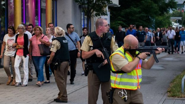 Police protest people evacuated from shopping centre in Munich. 22 July 2016