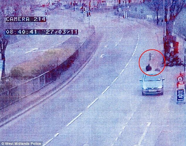 Ένα από τα παιδιά φαίνεται να περιφέρεται από πρόοδο στον τομέα της έρχονται κυκλοφορία πριν από την οδήγησαν στην ασφάλεια