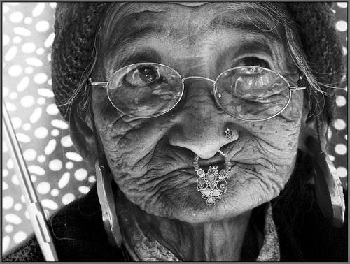 an old lady with an umbrella in Ravangla market! por Sukanto Debnath