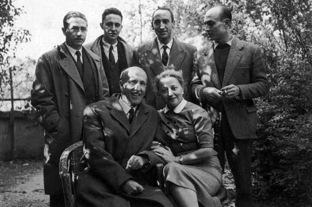 Medardo Fraile, Claudio Rodríguez, Carlos Bousoño, José Hierro, Vicente Aleixandre y Concha Lagos en el jardín de Velintonia.