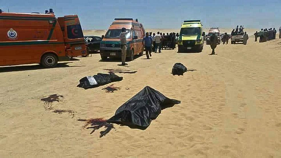 Imagem divulgada pela província egípcia de Minya mostra, no Egito, mostra corpos de vítimas mortas em ataque contra cristãos desta sexta-feira coptas (26) (Foto: Minya Governorate Media office via AP)