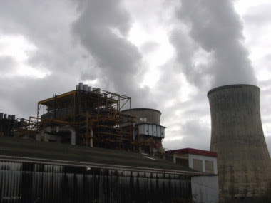 <p>Emisiones contaminantes saliendo de las chimeneas de una fábrica. / DiCYT</p>