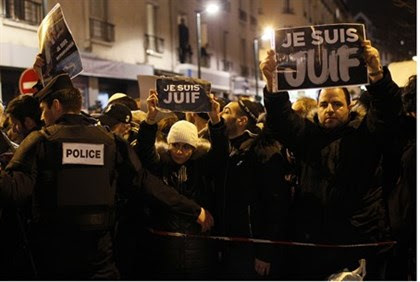 """Demonstrators hold up signs reading """"I am Jewish"""" in Paris"""