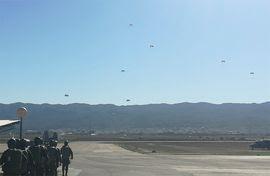 Salto paracaidista de los alumnos