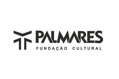 banner branco com a logo da Fundação Palmares e a palavra Palmares escrita em letra preta numa linha e na linha seguinte a expressão Fundação Cultural, também em letras pretas.