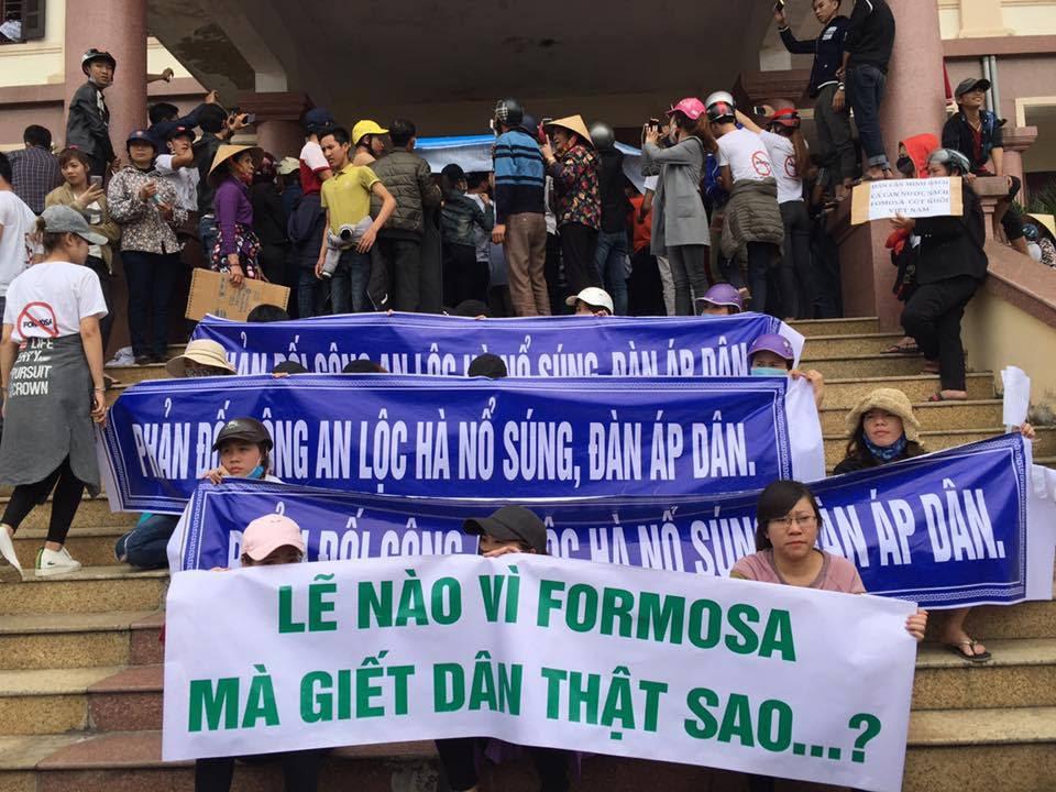 Image result for hà tĩnh biểu tình 4 4 chiếm UBND