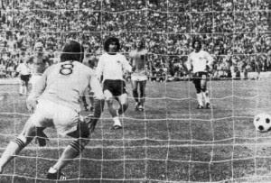 Il rigore segnato da Breitner a Jongbloed nella finale del '74