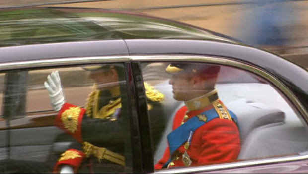 William et son frère Harry dans la Bentley les menant à Westminster, le 29 avril 2011.
