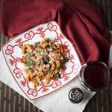 Pastas de Fusilli con los tomates y la espinaca fresca del bebé Fotos de archivo libres de regalías