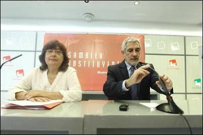 Montse Muñoz y Gaspar Llamazares, portavoces y promotores de Izquierda Abierta, esta mañana en la rueda de prensa en la sede federal de IU para la presentación de la asamblea constituyente del nuevo partido.-