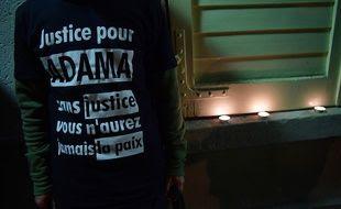 Un homme porte un t-shirt demandant justice pour Adama Traoré, mort en juillet lors de son interpellation par la police.