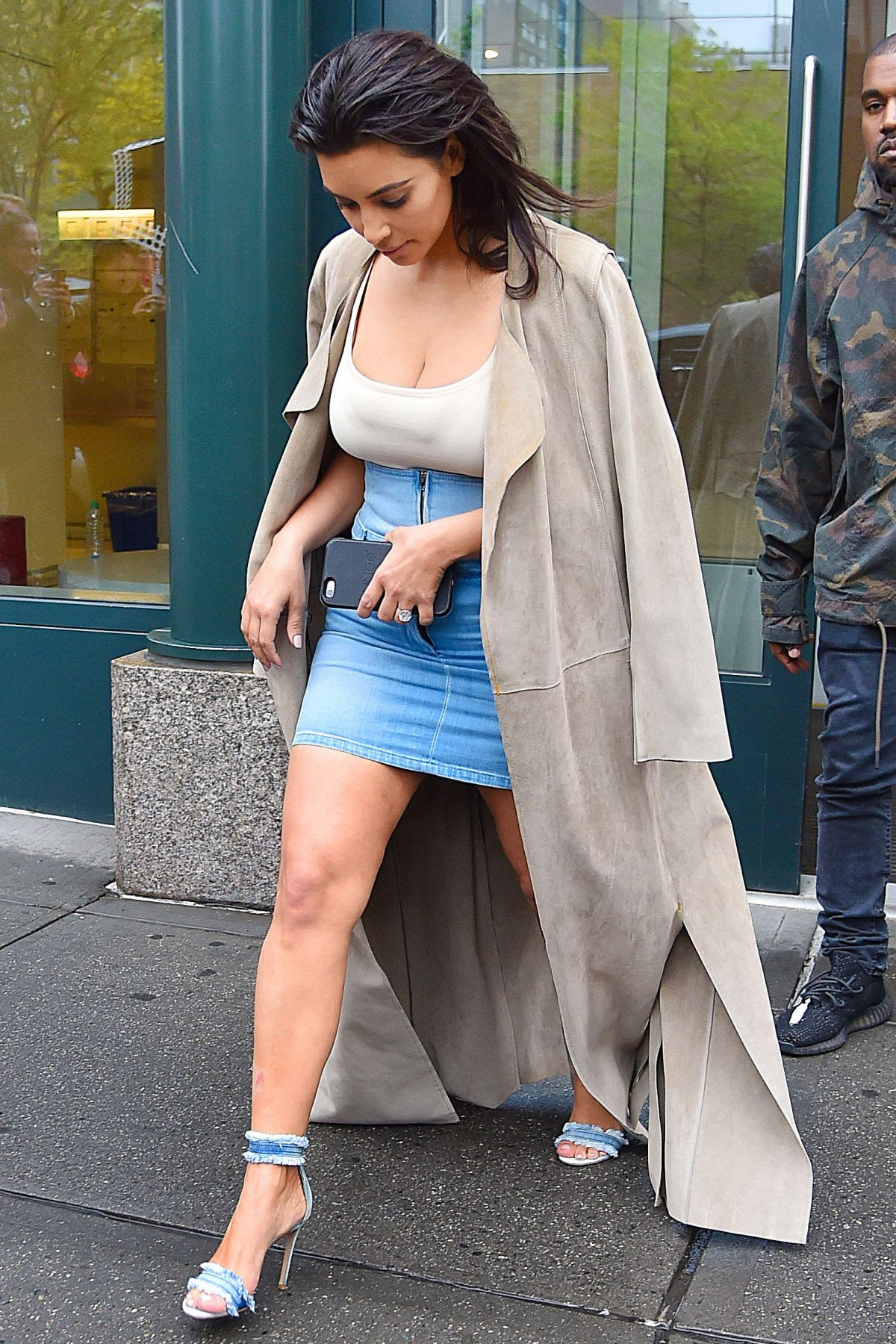 KIM KARDASHIAN Leaves Her Apartment in New York 05/01/2016  HawtCelebs