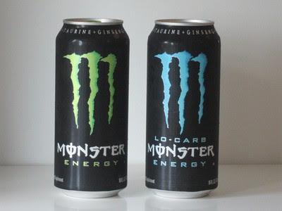Dos latas de la bebida energética Monster Energy.