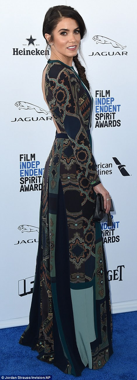 Oh Nikki, you're so fine! Ms Reed of the Twilight moves pulled of a Chinese pattern inspired dress with a cut-out in front