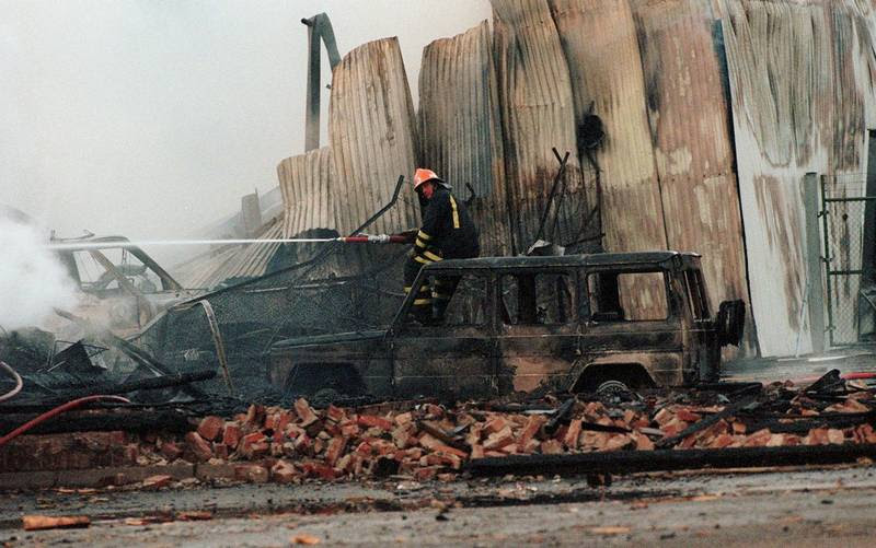 Et bilvrag i ruinerne efter bombeattentatet, der skabte voldsomme ødelæggelser i den norske by Drammen og kostede en sagesløs kvinde livet. Foto: AP/Morten Holm
