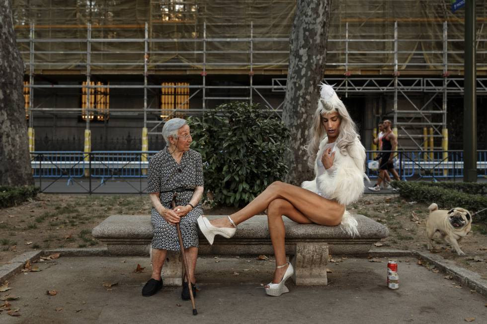 Una anciana observa el posado de un participante en el Orgullo Gay de 2016 en Madrid.