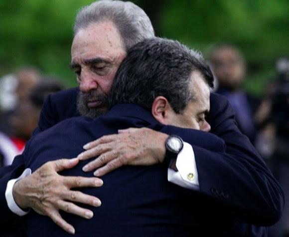 Fidel abraza a Carlos Alberto Cremata, hijo de uno de los trabajadores de Cubana de Aviación iban en el vuelo 455. Foto: Ismael Francisco/ Cubadebate