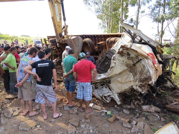 Segundo polícia, motorista de caminhão-guincho perdeu controle (Foto: Hélder Almeida / Clicfolha)