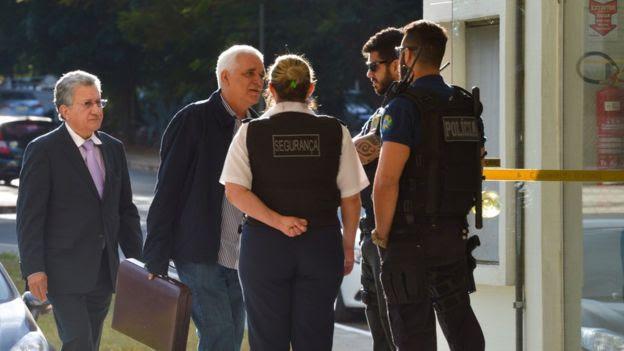 Policiais e seguranças na frente do prédio onde mora a senadora Gleisi Hoffmann